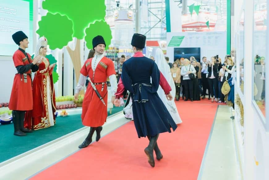Entertainers to draw a crowd to a trade show exhibit